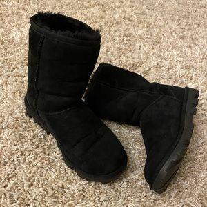 Women's UGG Classic Short Boot. Size 6.